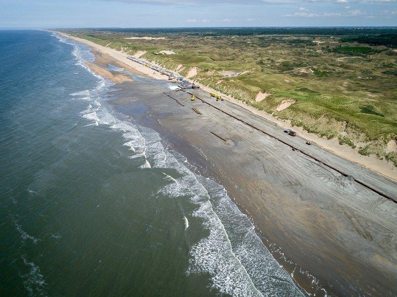 Het aanbrengen van zand op het strand bij Heemskerk (foto eigendom van Boskalis)